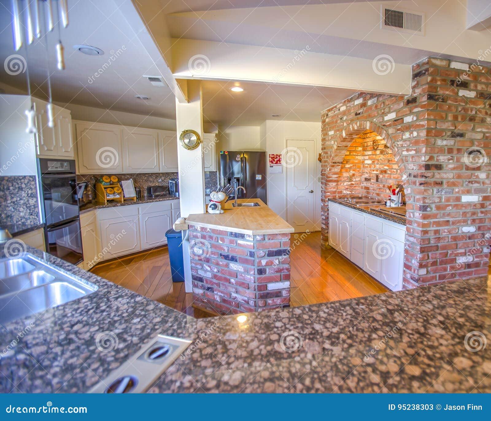 Cocina Del Estilo Del Rancho Con Las Encimeras Del Granito Imagen