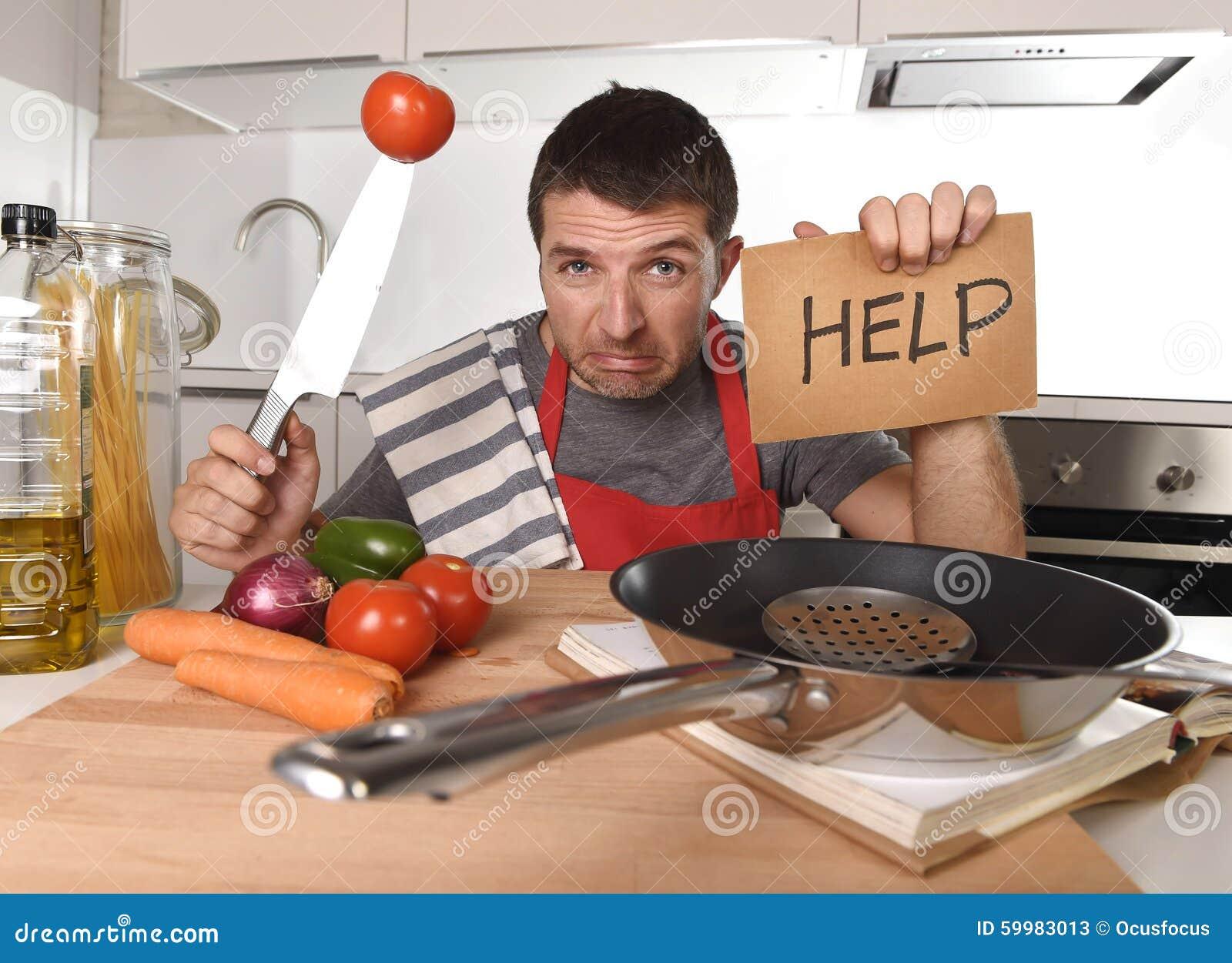 Cocina del hombre joven en casa en el delantal del for La cocina en casa
