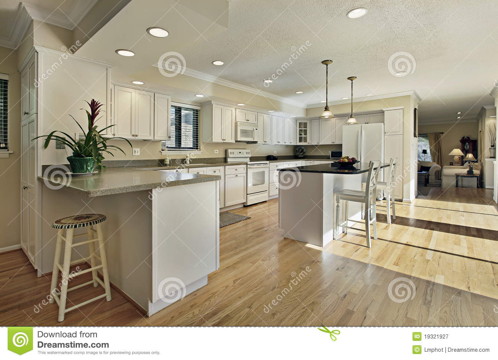 Cocina grande con la tapa de la isla del granito imagen de for Cocinas grandes con isla