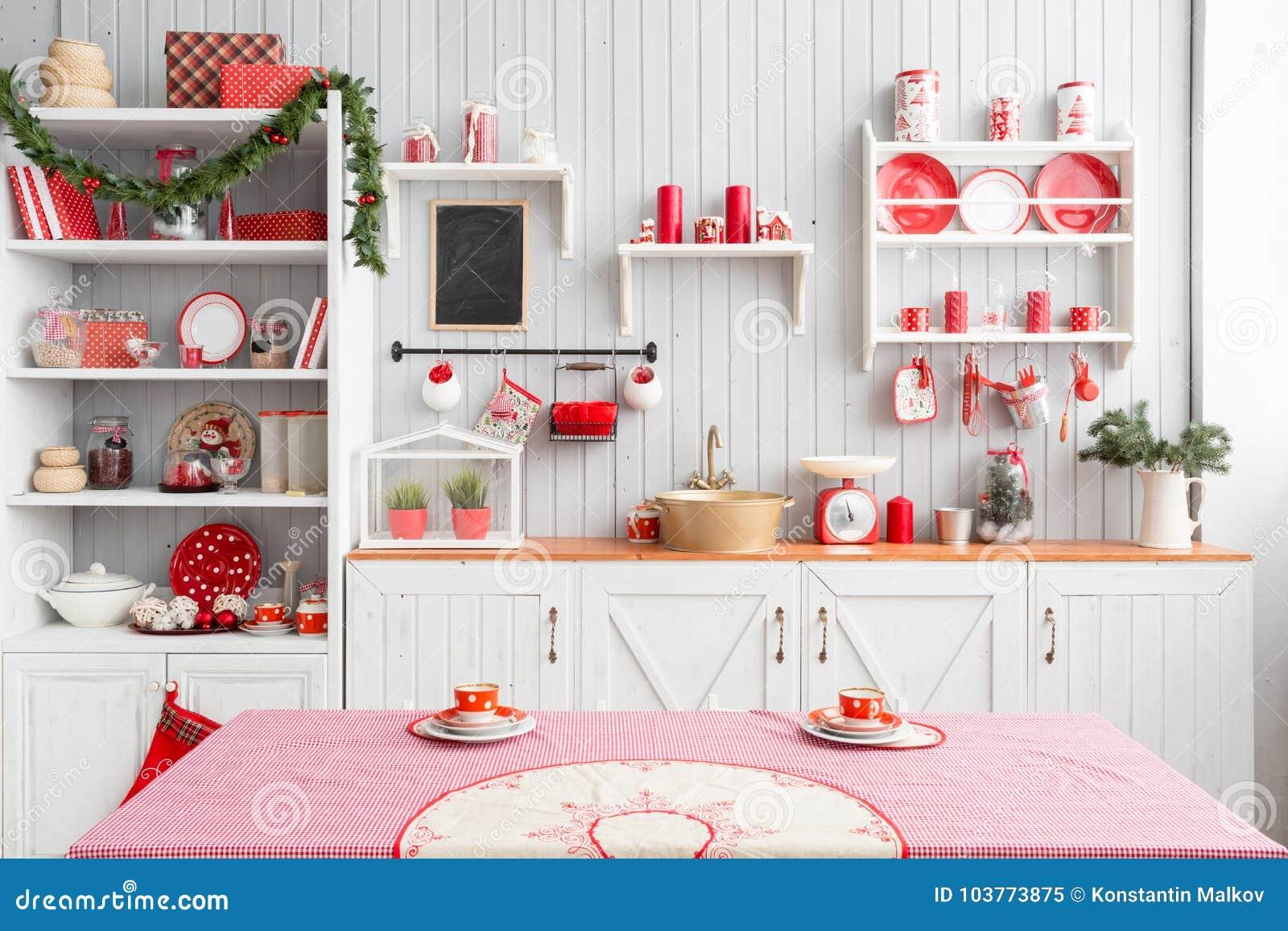 Cocina gris clara interior y decoración roja de la Navidad Preparando el almuerzo en casa en el concepto de la cocina