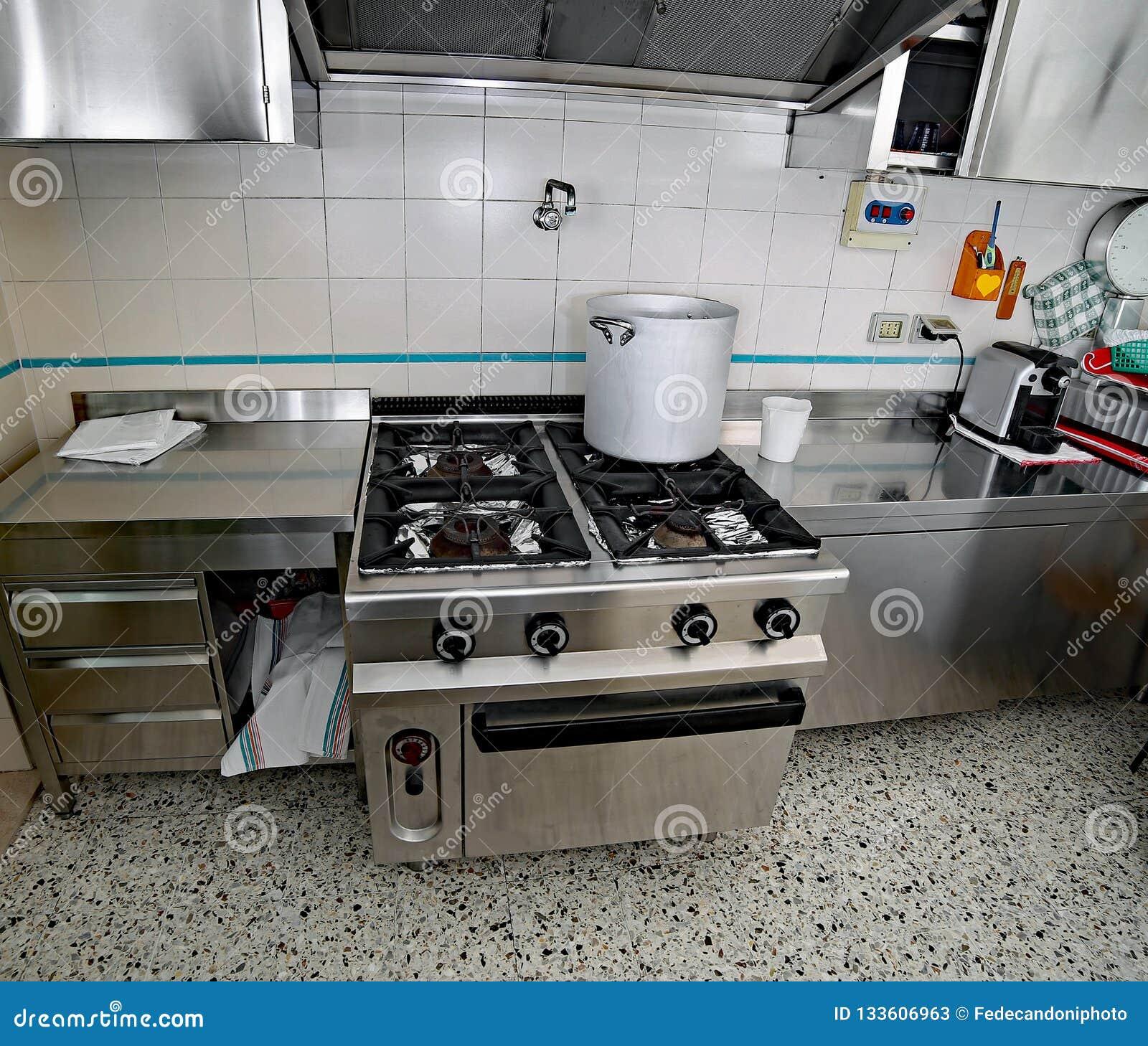 Cocina Industrial Con Los Muebles De Acero Y Un Pote De ...