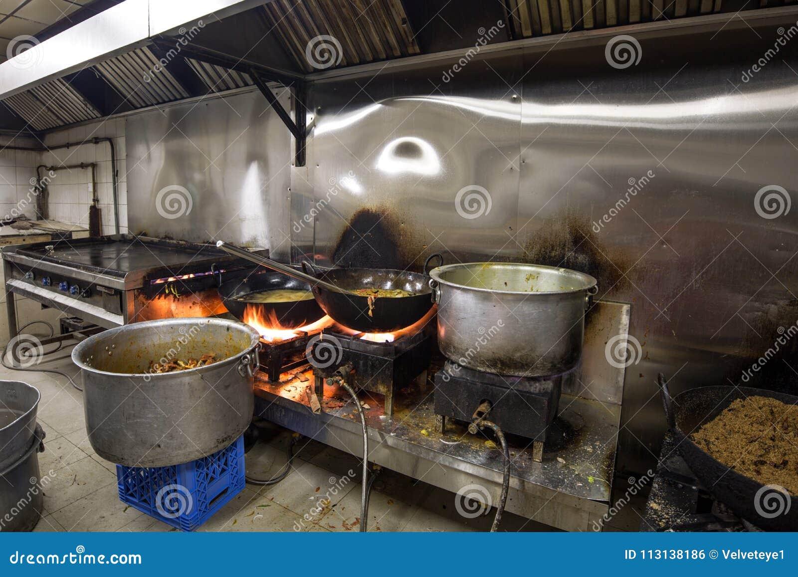 Cocina industrial y comercial e de un restaurante sucio sucio real