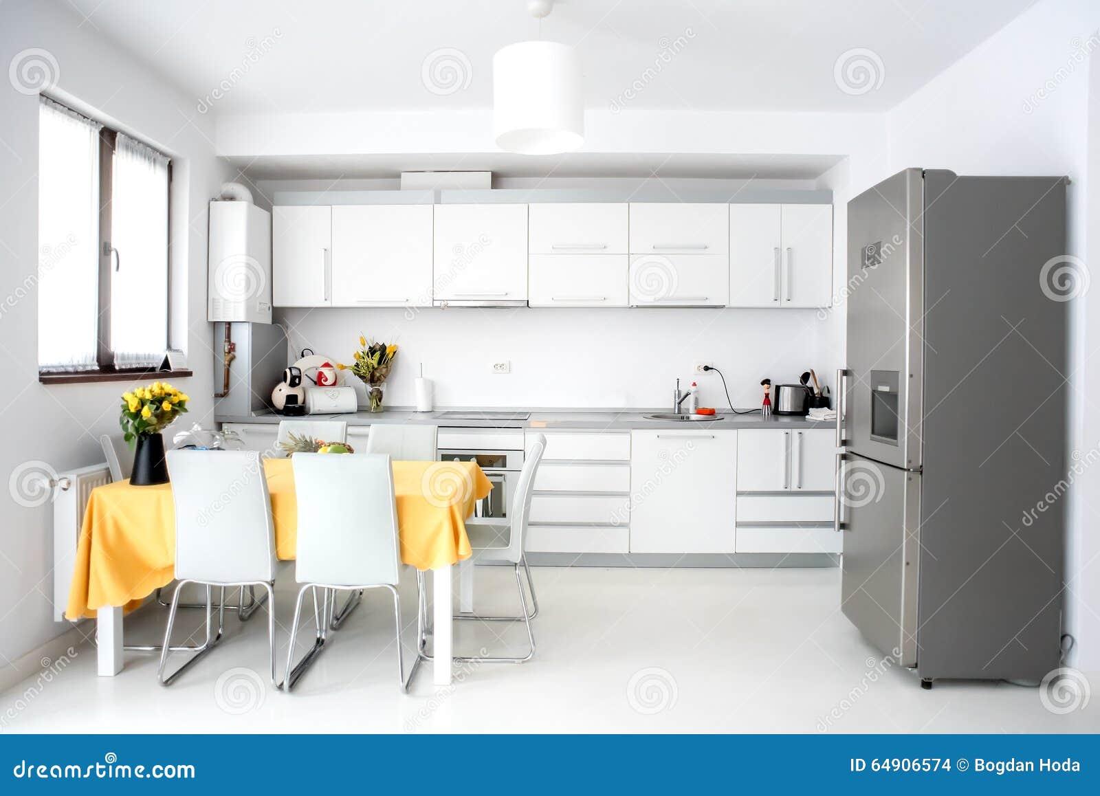 Cocina interior del diseño, moderna y minimalista con los dispositivos y la tabla Espacio abierto en la sala de estar, decoración