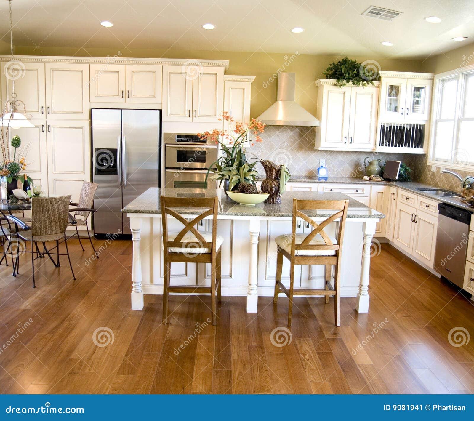 Cocina lujosa con el suelo de madera duro imagen de for Suelos de madera para cocinas