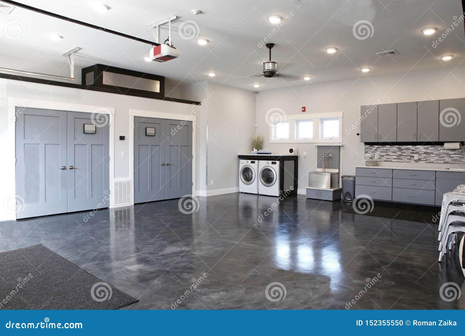 Cocina maravillosa atractiva de los pisos de madera gris oscuro o de los suelos de parqué grises