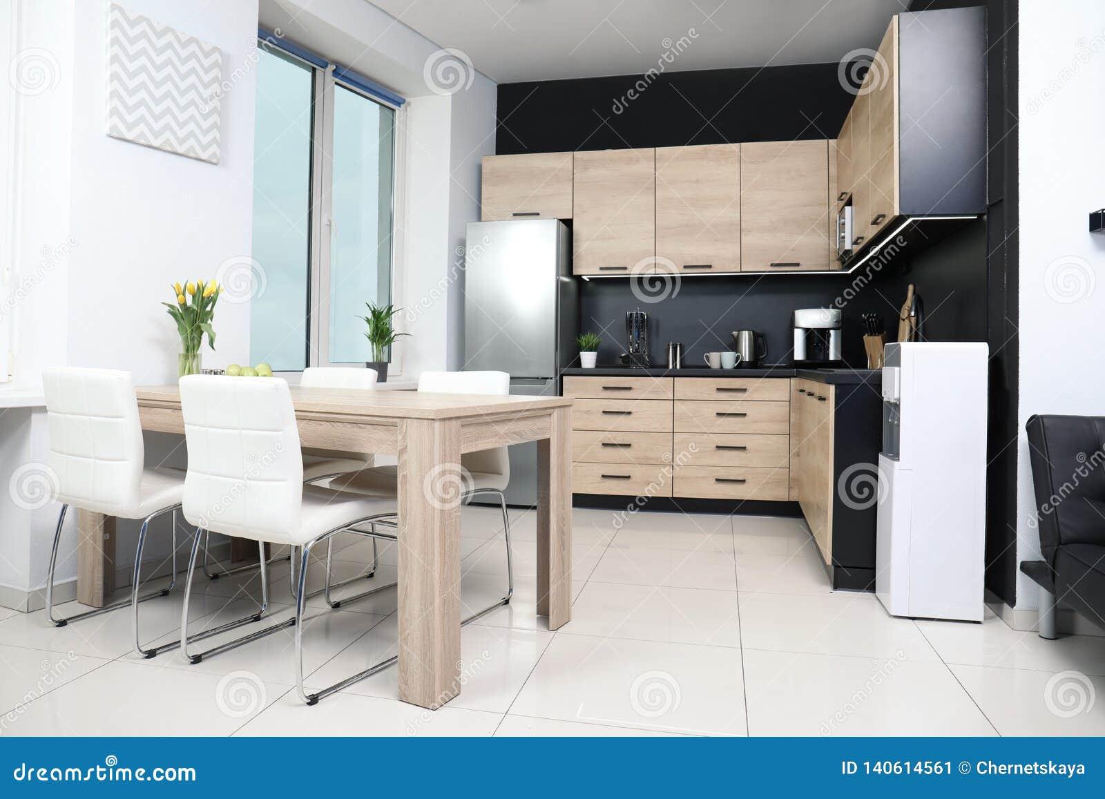 Cocina Moderna Acogedora Interior Con Nuevos Muebles Imagen de ...