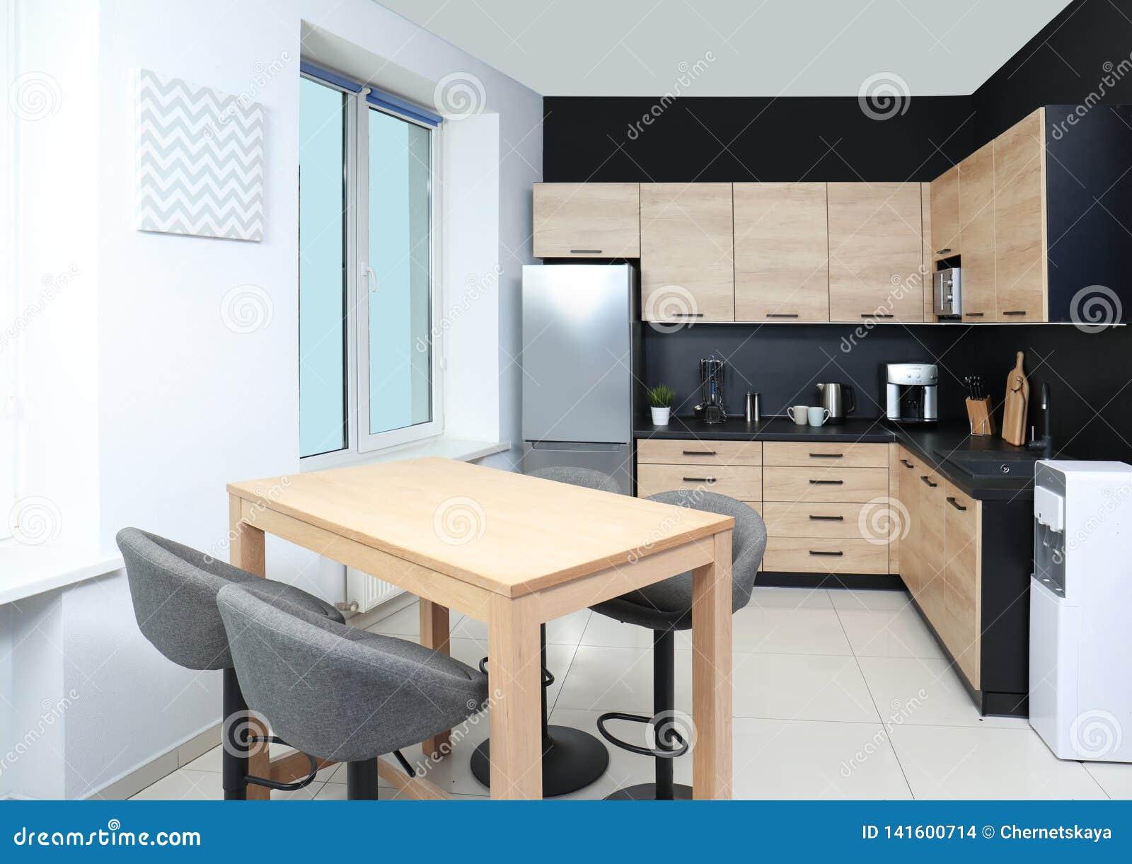 Cocina Moderna Acogedora Interior Con Nuevos Muebles Foto de ...