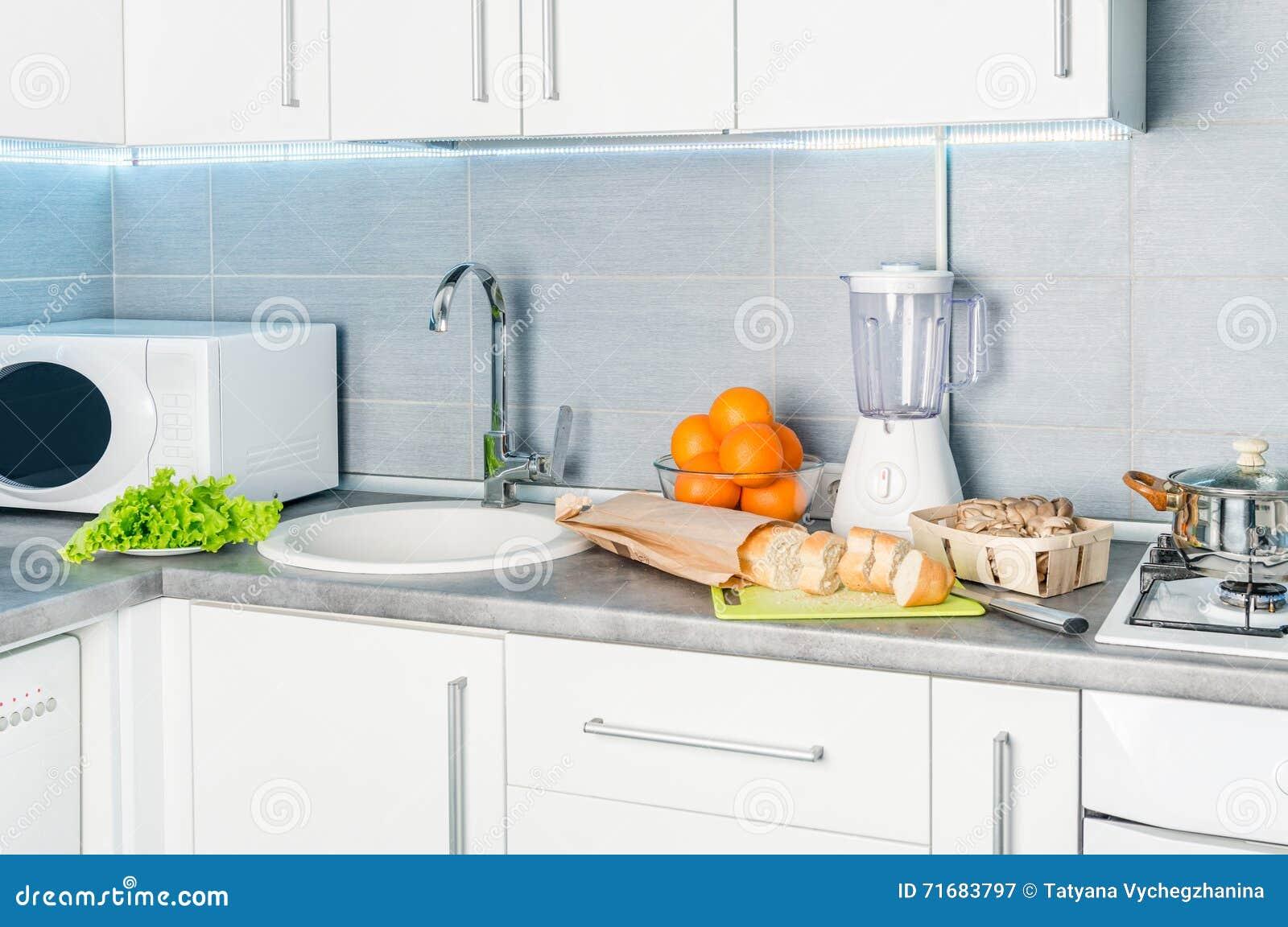 Cocina moderna blanca con la comida en ella foto de - La cocina moderna ...