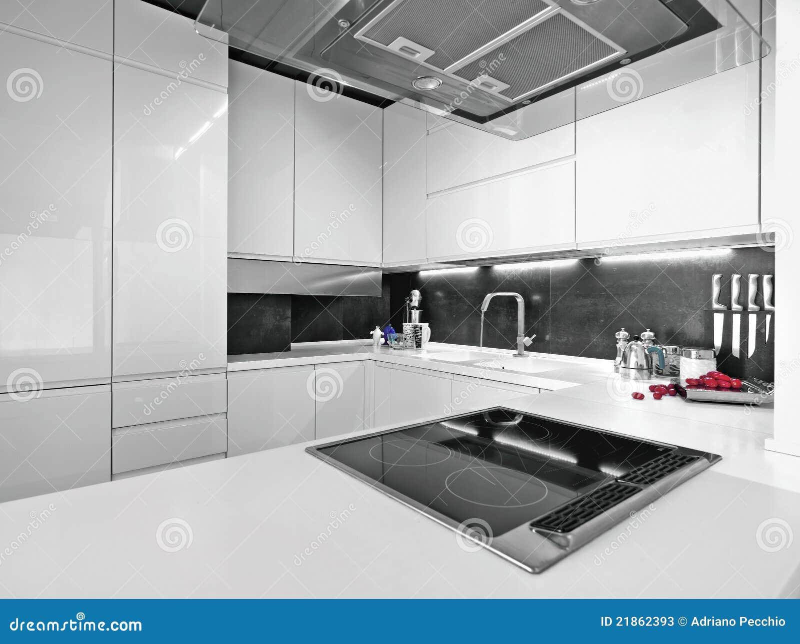 Cocina moderna blanca con las aplicaciones de acero imagen for Aplicacion para disenar cocinas