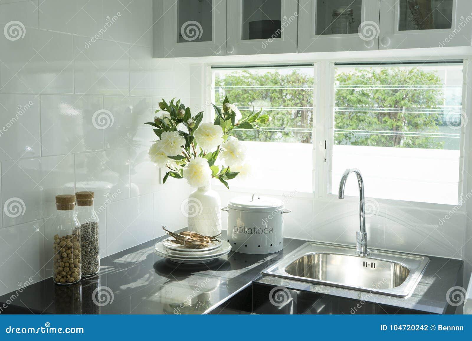 Cocina moderna con el fregadero blanco del worktop