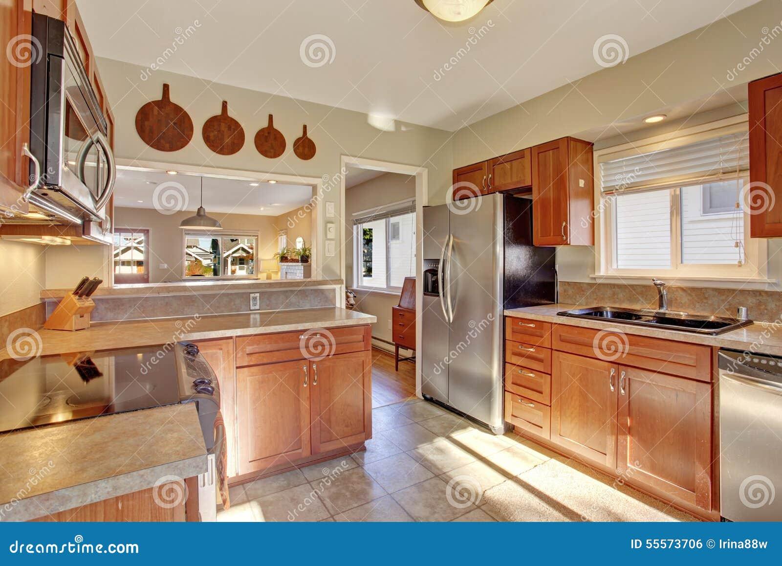 Cocina moderna con el suelo de azulejo foto de archivo for Alicatados de cocinas