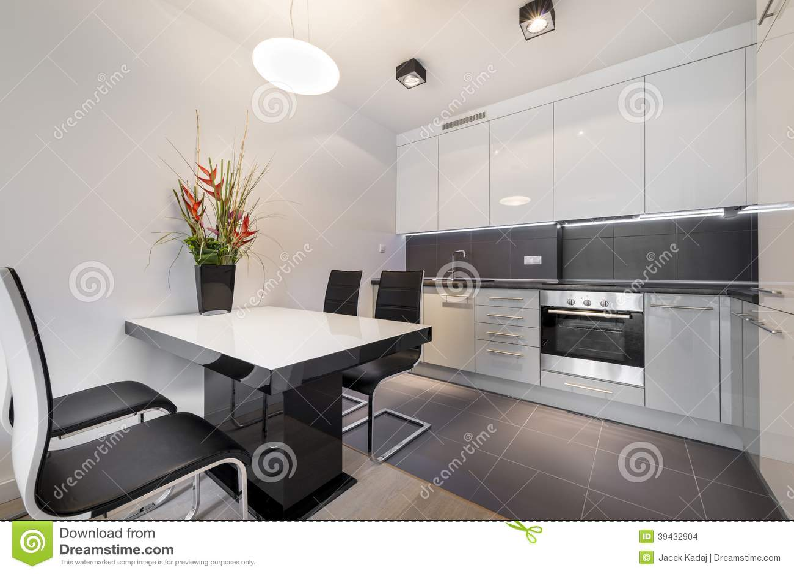 Cocina moderna con el suelo de baldosas gris foto de for Suelos para cocinas modernas