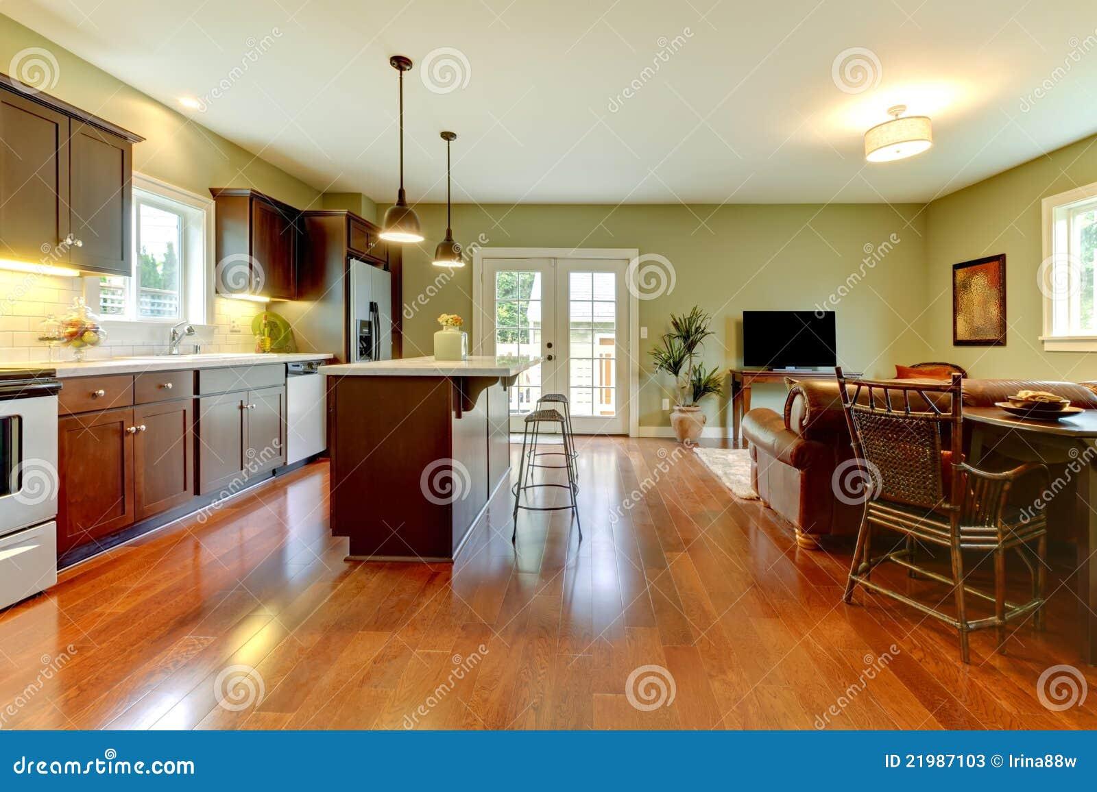 Cocina moderna con el suelo y la sala de estar de la for Sala de estar estancia cocina abierta