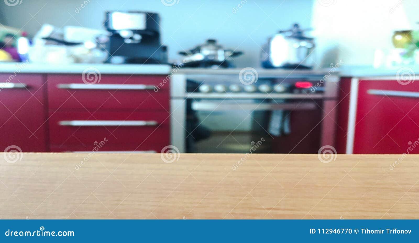 Cocina Moderna Con El Tablero De La Mesa Y Espacio Para ...