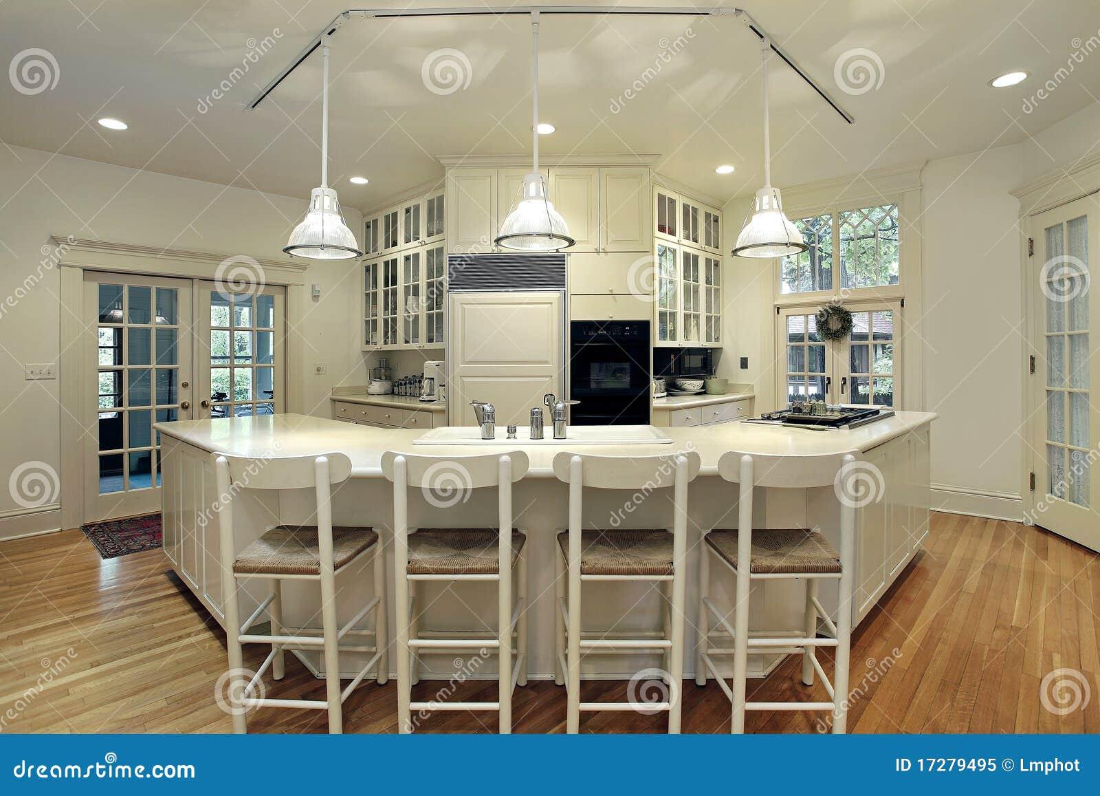 Cocina moderna con la barra de desayuno foto de archivo for Cocinas modernas con barra