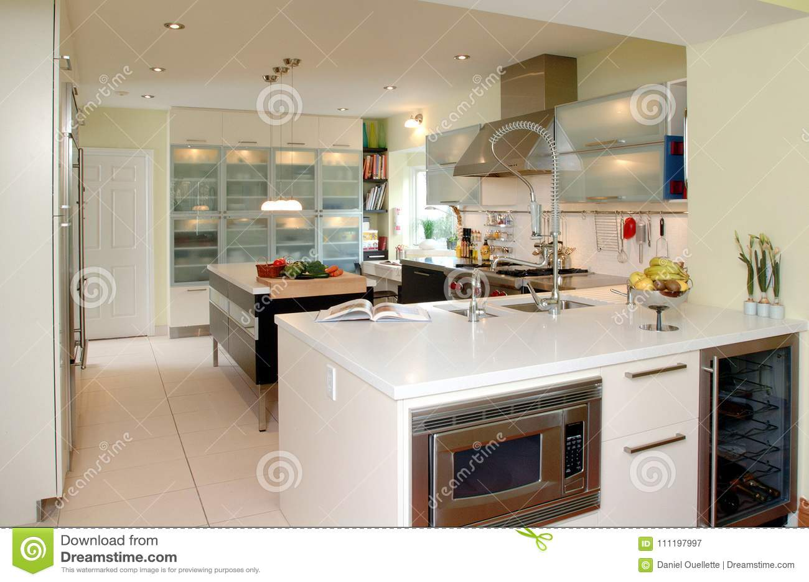 Cocina Moderna Con La Encimera Blanca Imagen de archivo - Imagen de ...