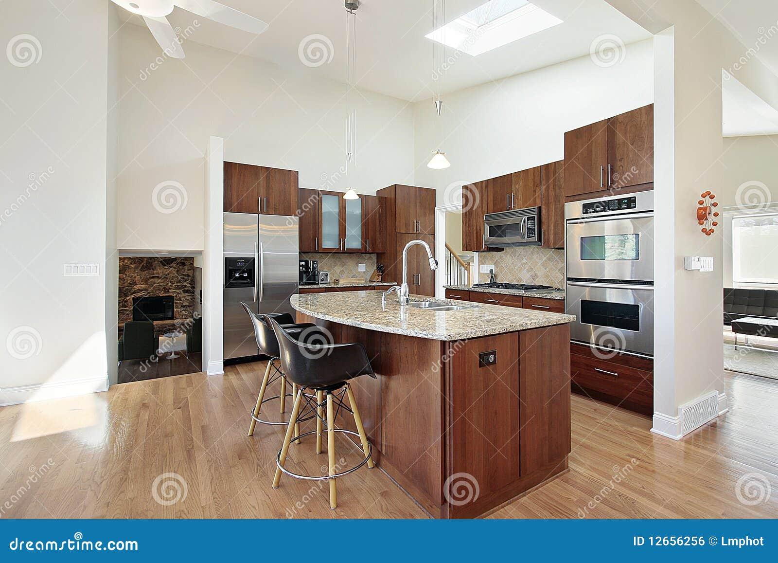 Cocina moderna con la isla del granito foto de archivo for Cocinas con isla precios