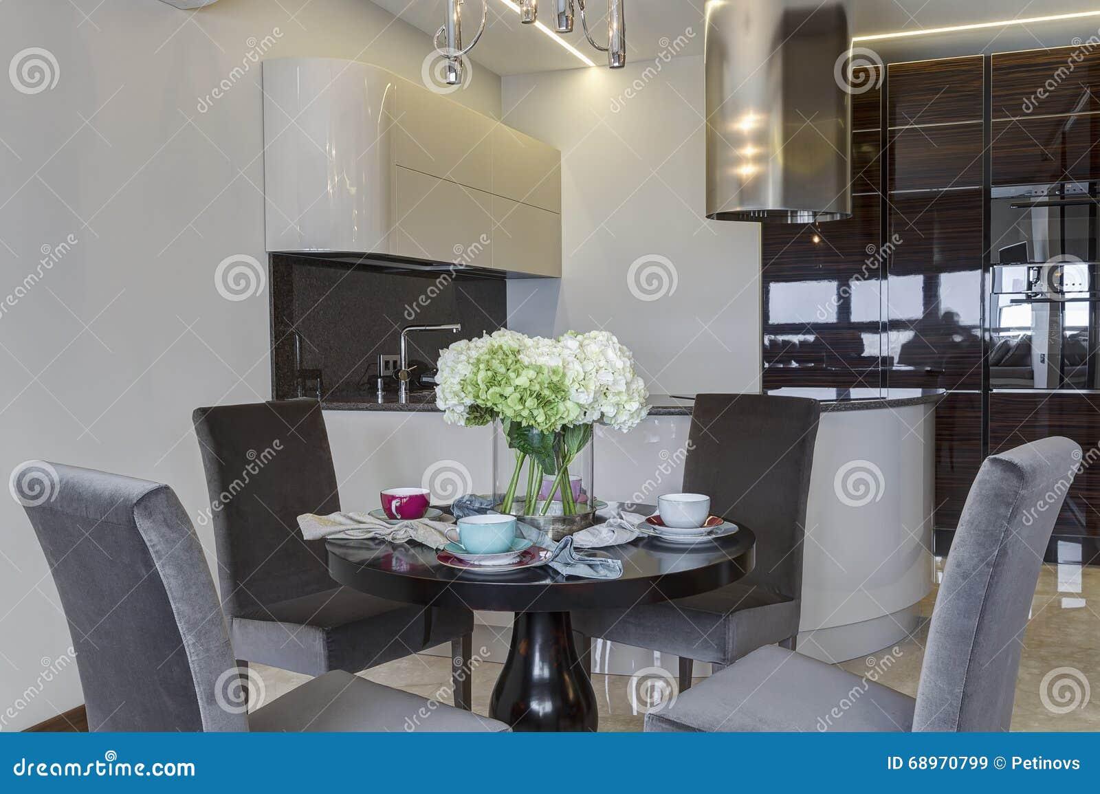 Cocina Moderna Con La Mesa Redonda Y Cuatro Sillas Imagen de ...