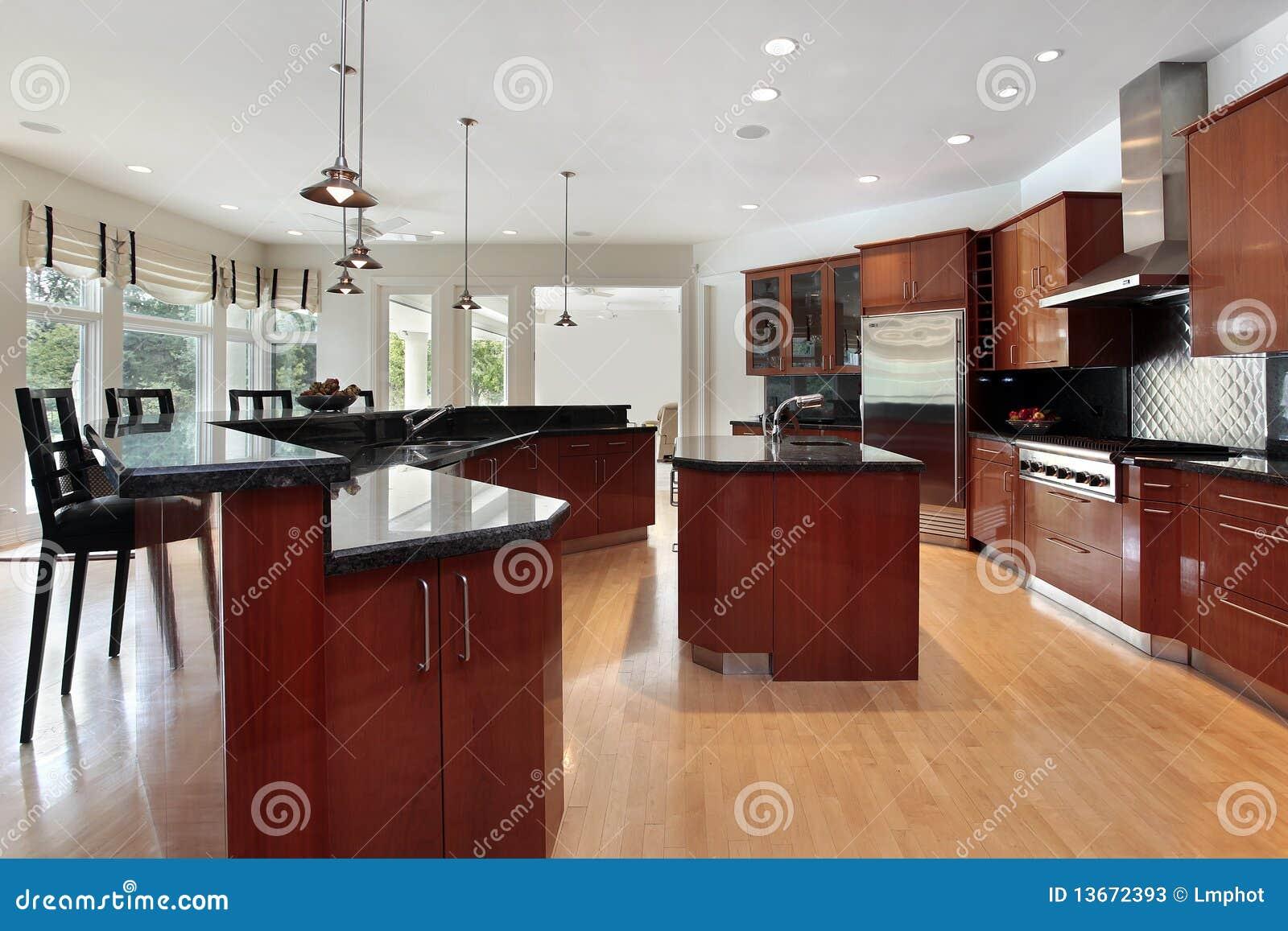 cocina moderna con los contadores gris oscuro del granito