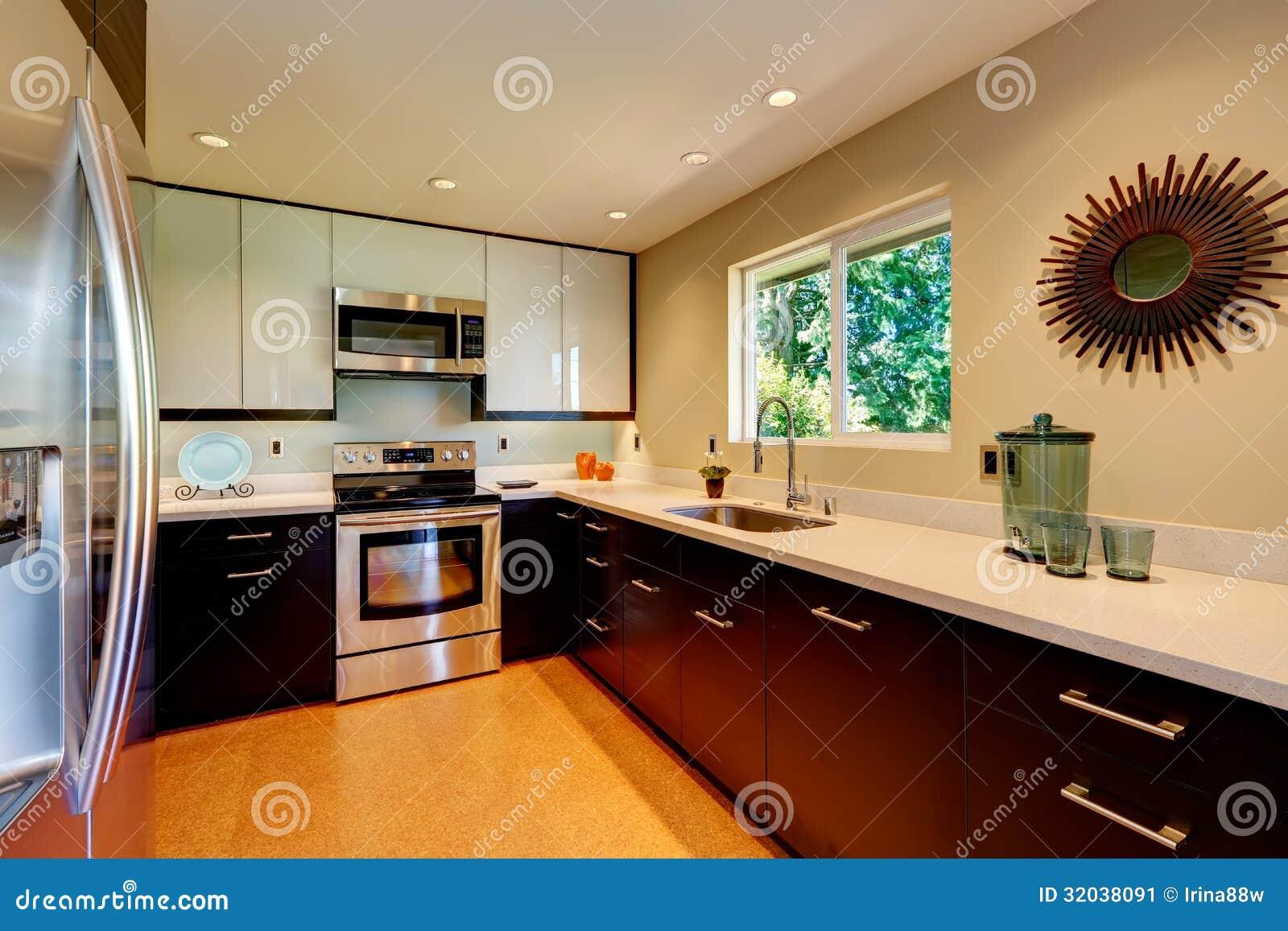 Cocina Moderna Con Los Gabinetes Blancos De Las Encimeras