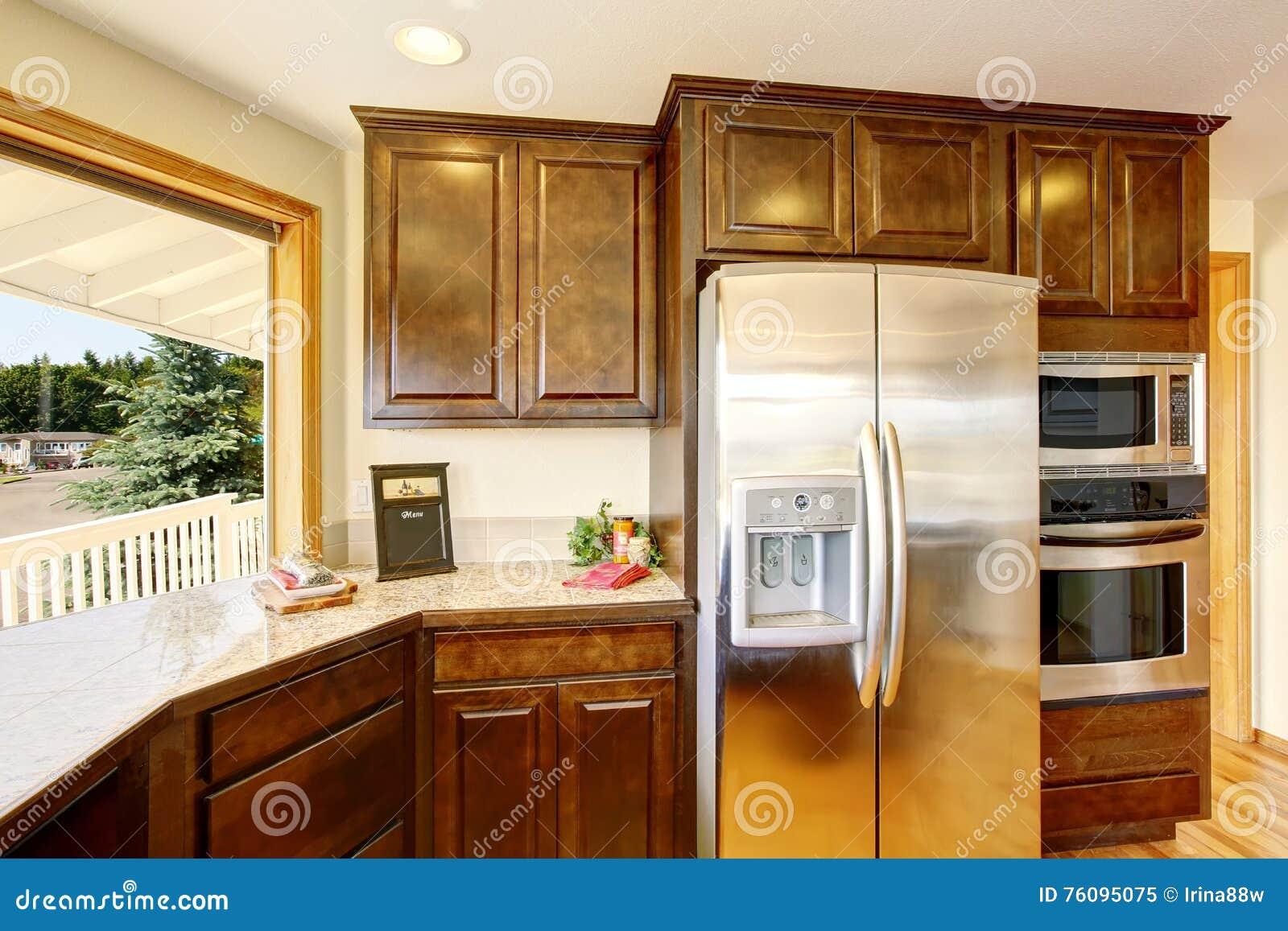 cocina moderna con los gabinetes y la encimera de madera del granito
