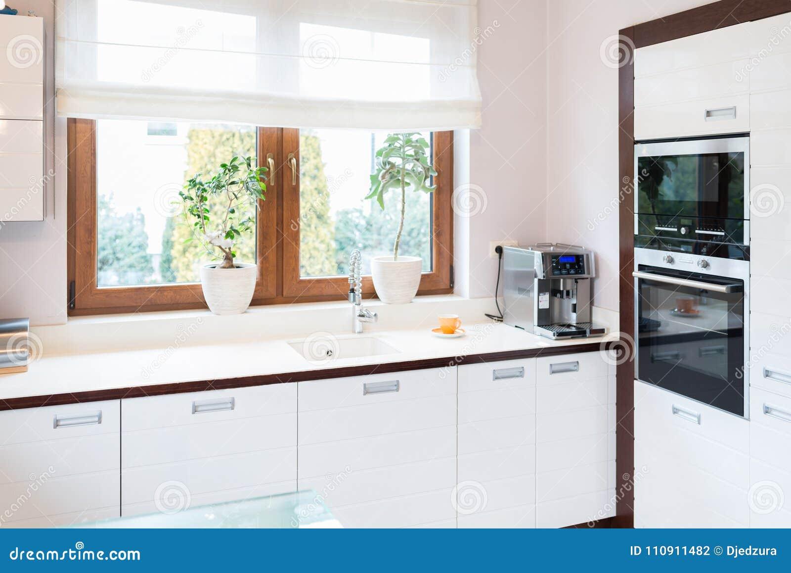 Cocina Moderna De La Casa Con Los Muebles De Madera Blancos ...
