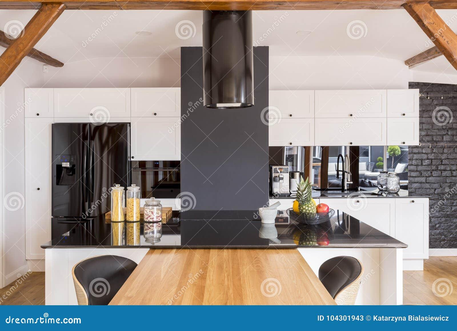 Cocina moderna del color del contraste