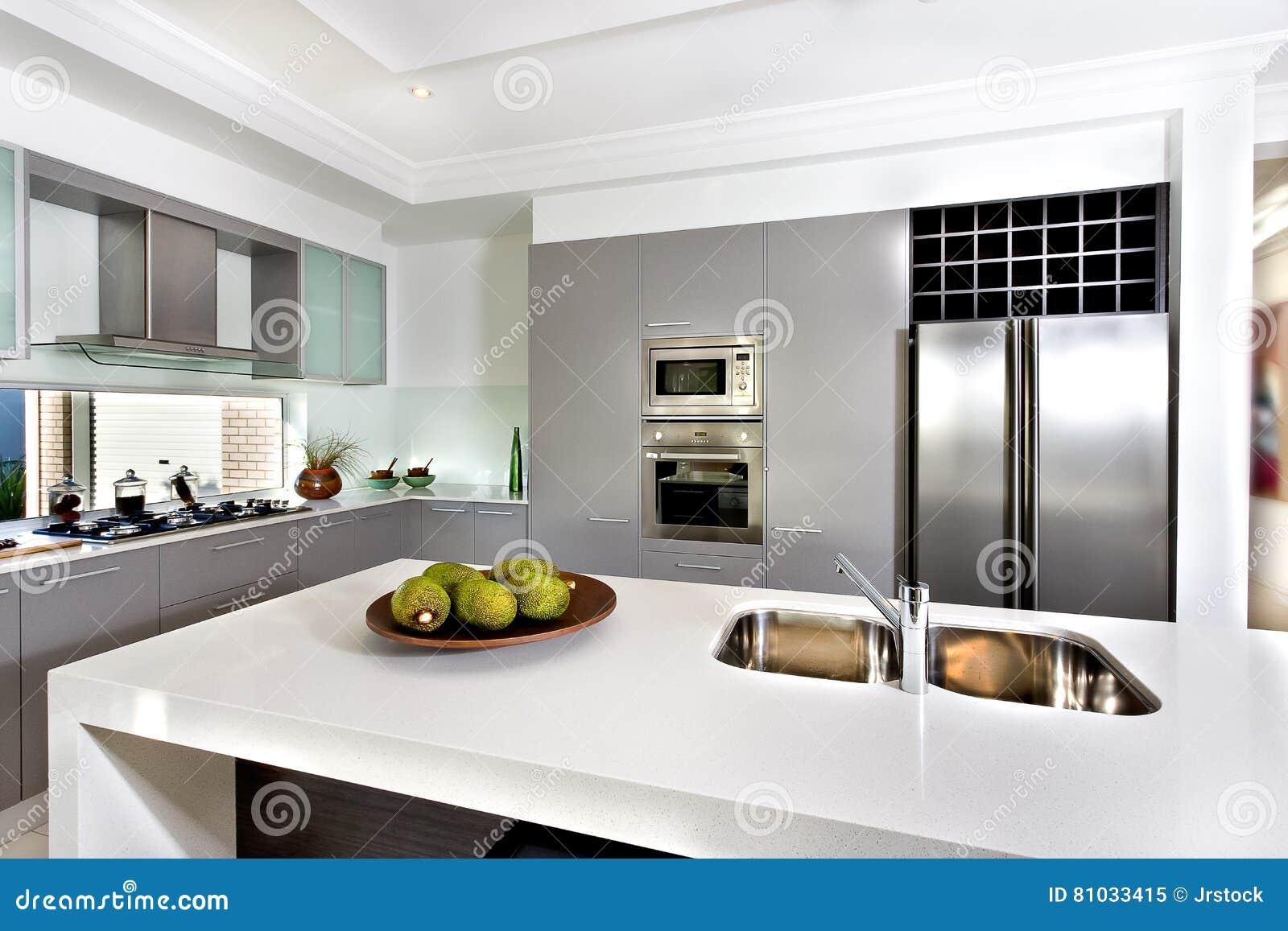 Cocina moderna en la casa lujosa imagen de archivo for Casa de cocina la plata