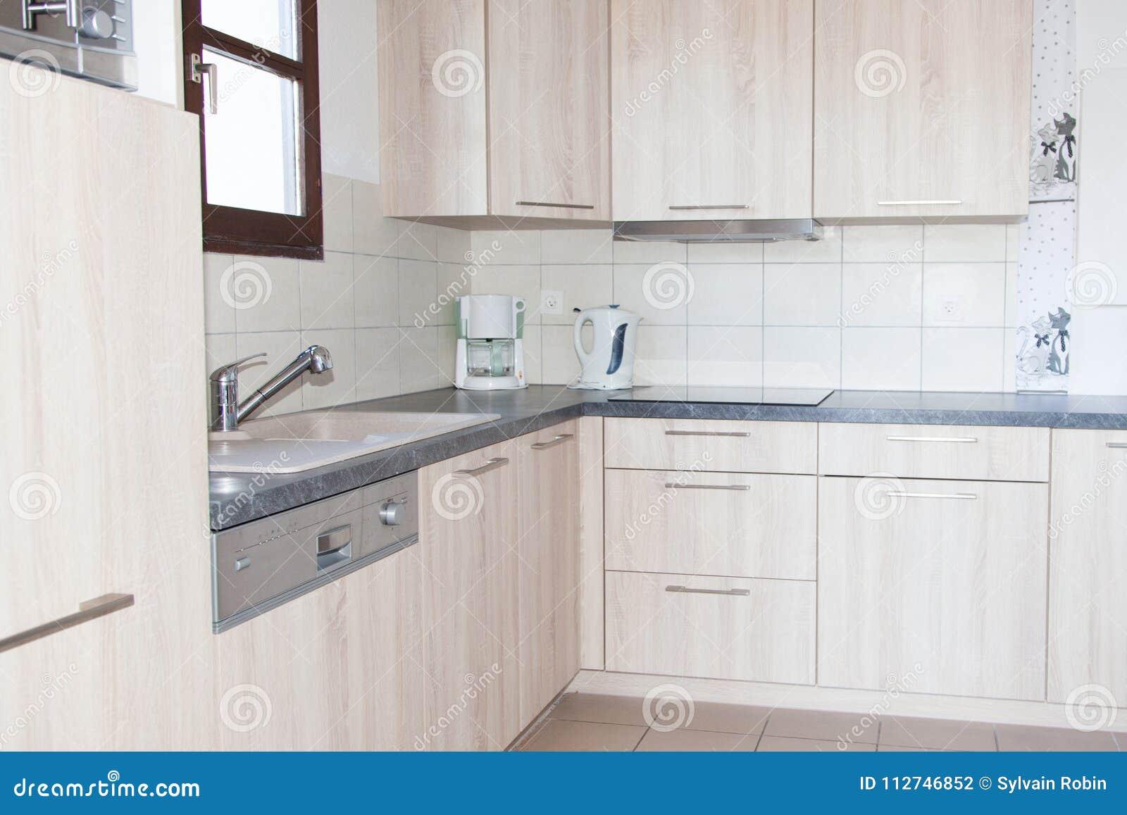 Cocina moderna y limpia en una nueva casa