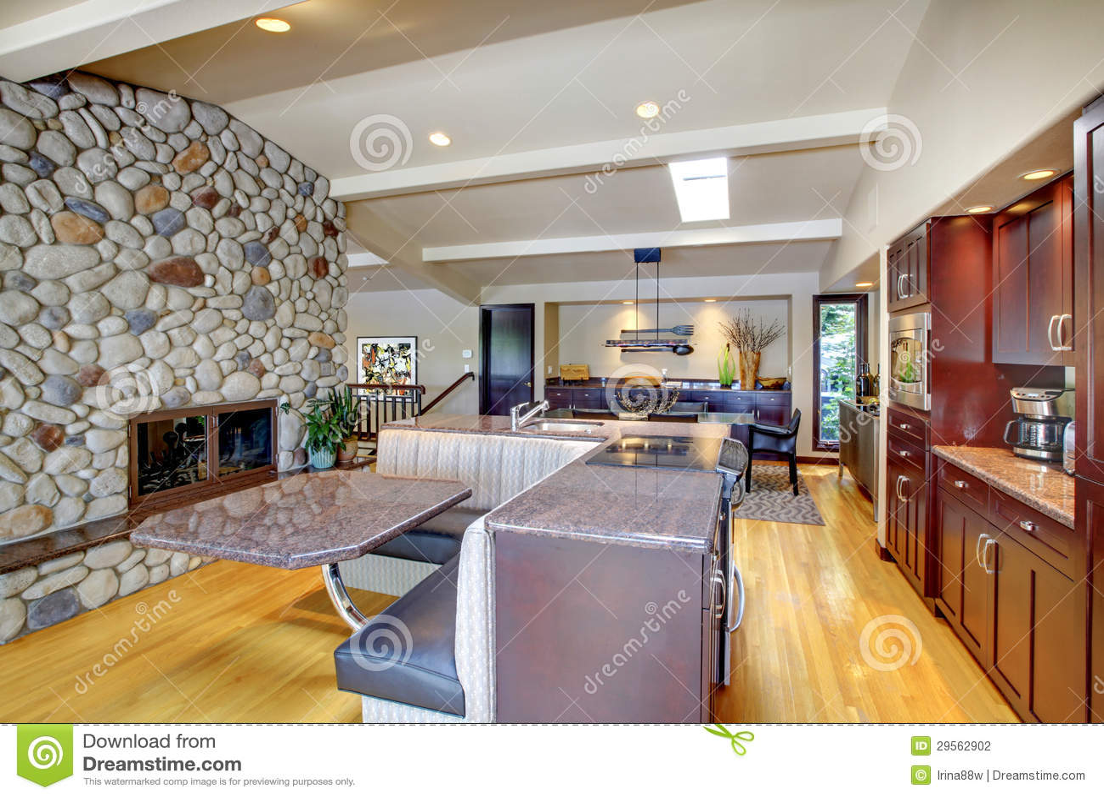 Cocina mohogany de lujo con muebles modernos y la chimenea - Muebles de piedra ...