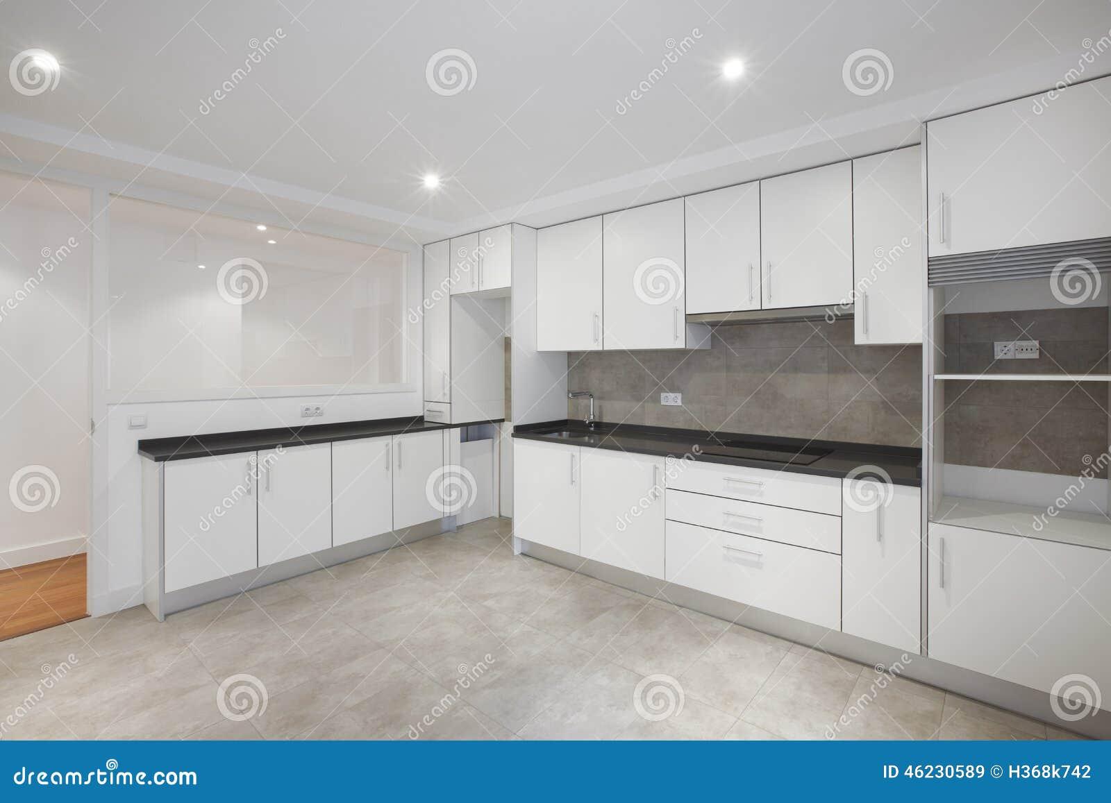 Cocina vac a de la casa con los muebles blancos imagen de for Muebles de cocina la oportunidad