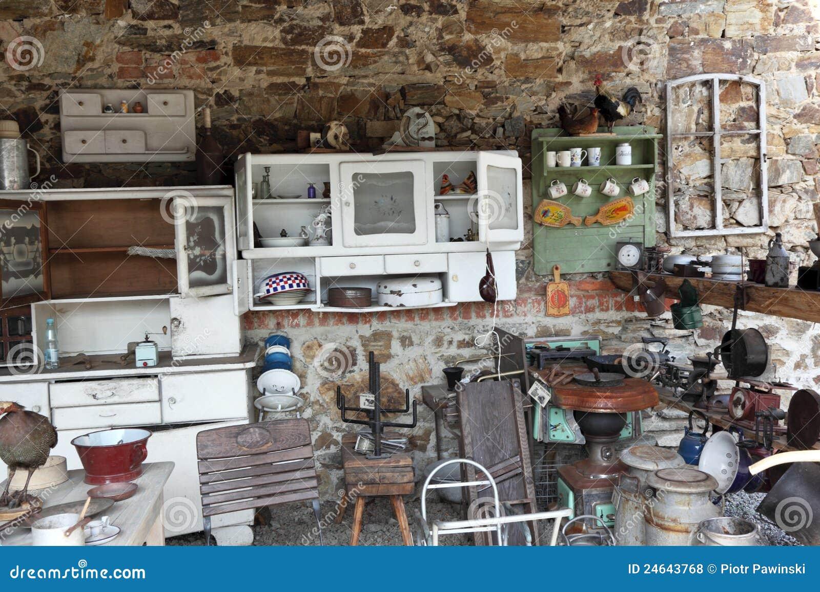 Cocina vieja con los utensilios antiguos foto de archivo for Utensilios antiguos de cocina
