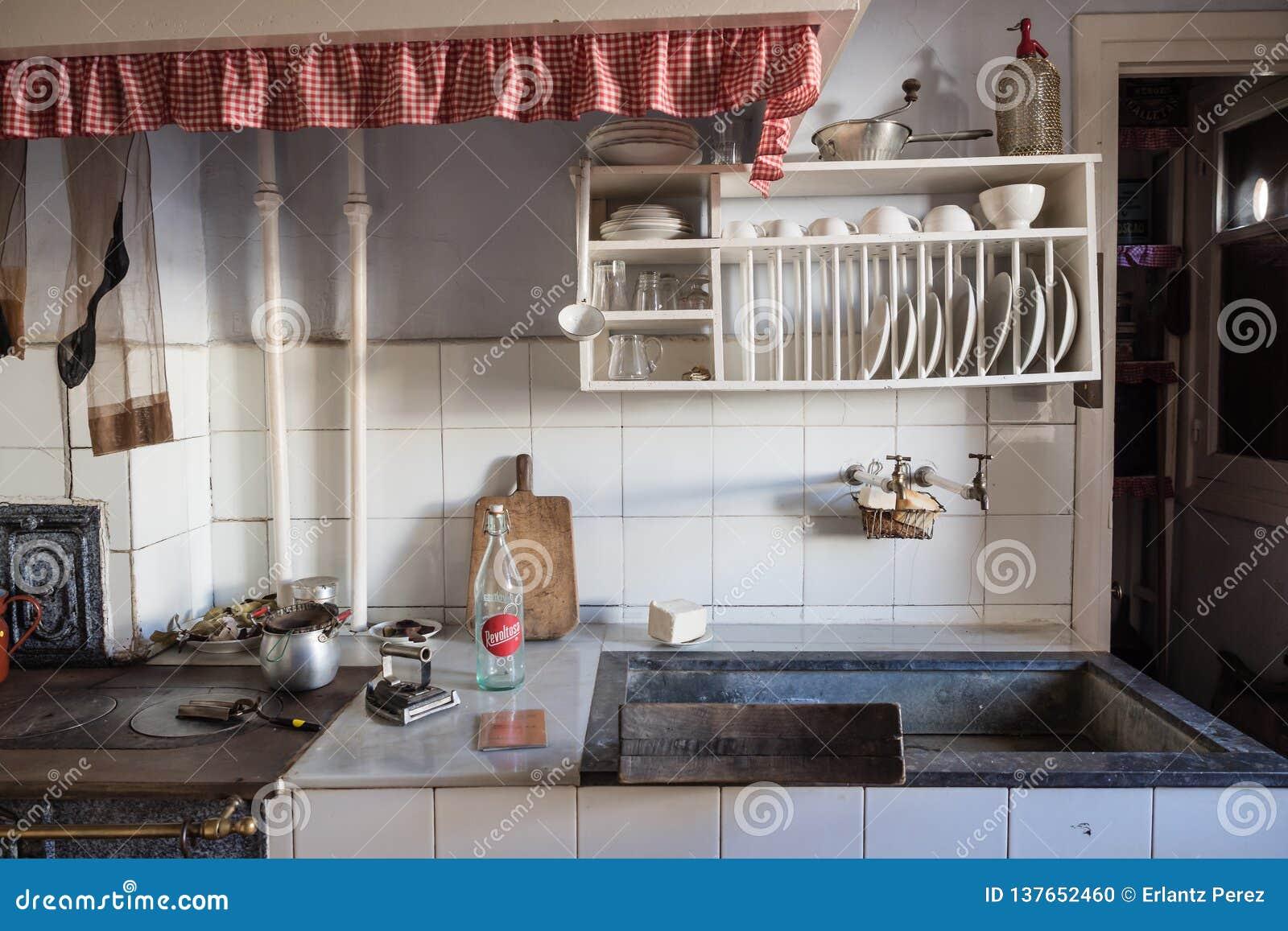 Cocina vieja en una vecindad de la clase obrera de Legazpi en el valle del hierro, Gipuzkoa, España