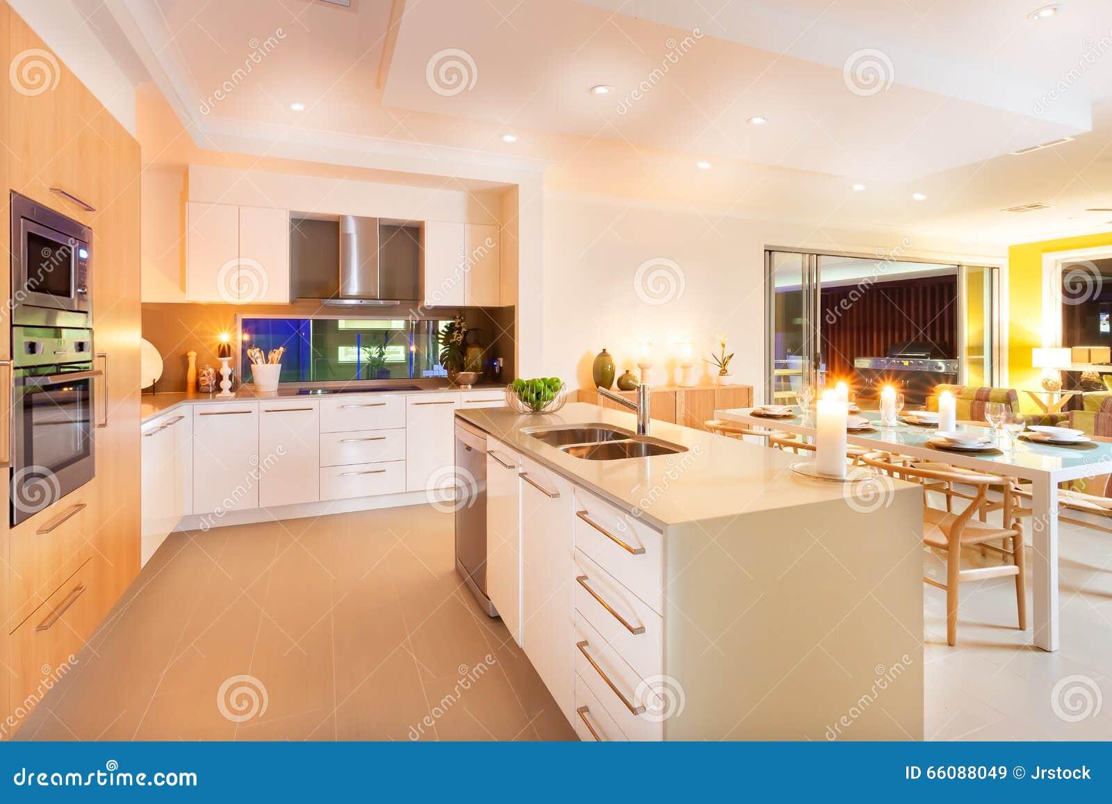 Cocina Y Comedor Iluminados Por Las Luces De Techo Y Flashi Imagen ...