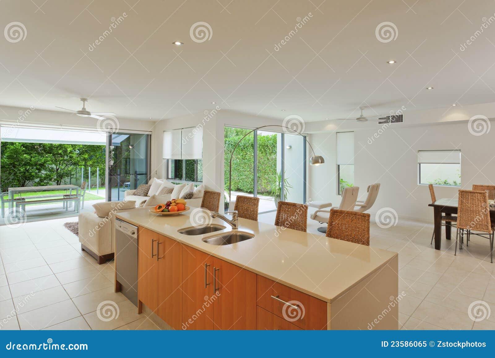 Cocina y sala de estar lujosas foto de archivo libre de for Cocina abierta sala de estar