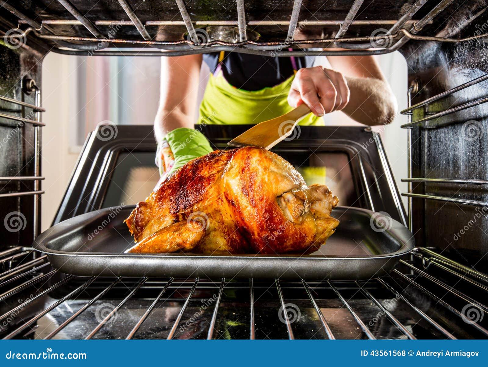 Cocinando el pollo en el horno en casa foto de archivo for Cocinar yuca al horno