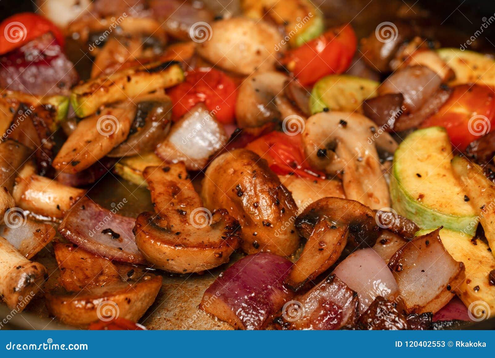 Cocinando Las Verduras En Un Sartén   Setas Blancas, Tomates De Cereza,  Cebollas Así