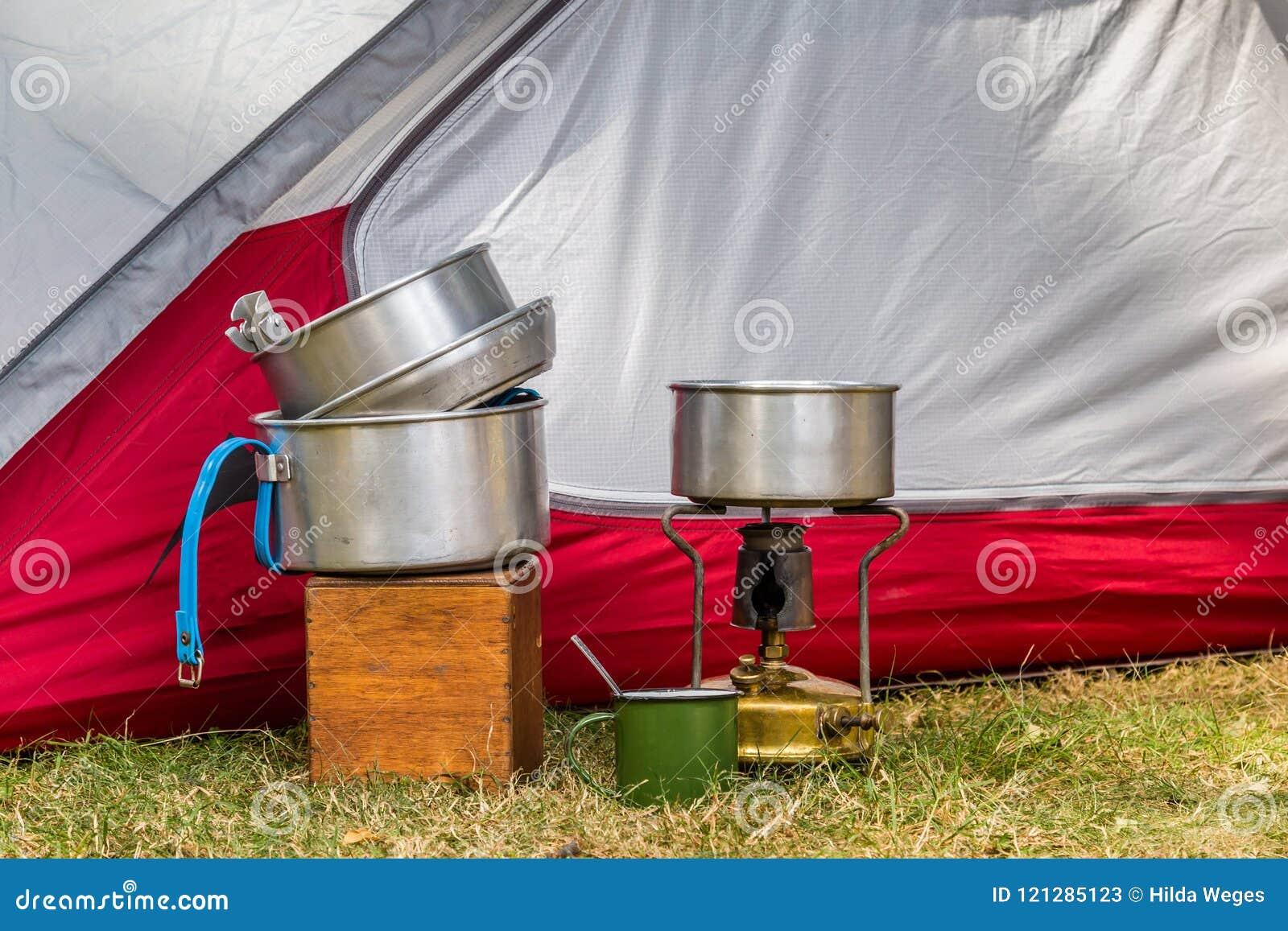 Cocinar el equipo en un sitio para acampar