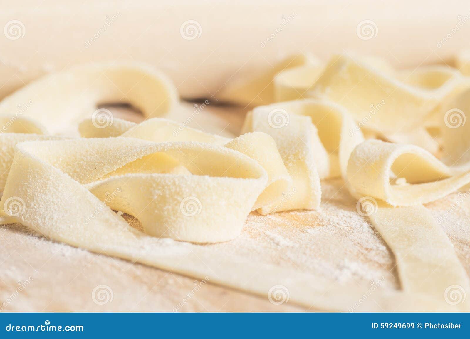 Cocinar el fettuccine de las pastas o la pasta de los tallarines