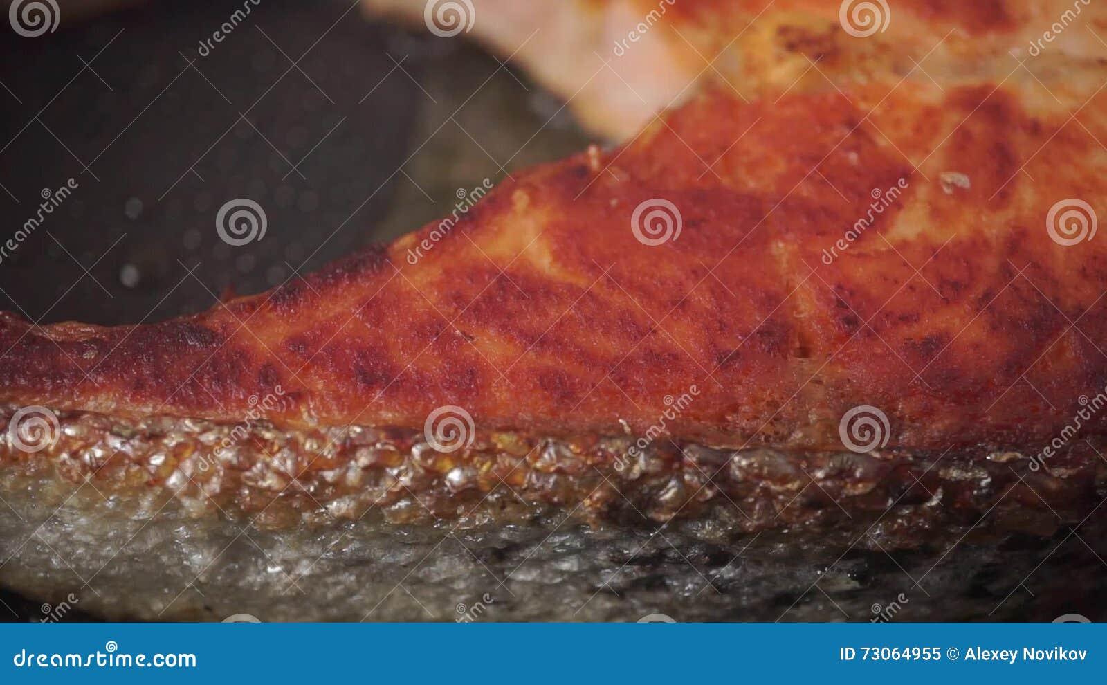 Cocinar Salmon Sarten   Cocinar El Filete De Color Salmon En Un Sarten Tiro Macro Del
