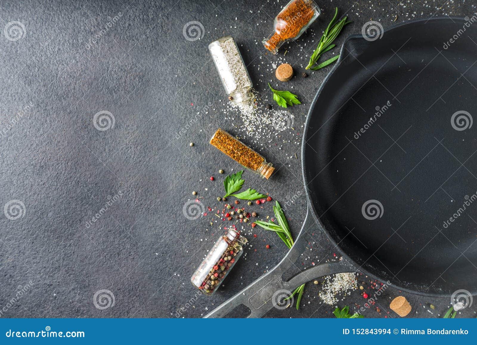 Cocinar el fondo de la comida con las hierbas, el aceite de oliva y las especias