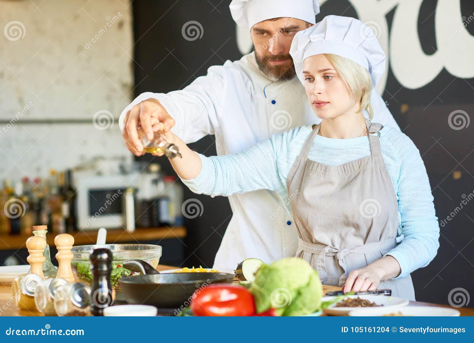 Cocinar el taller con el cocinero altamente profesional