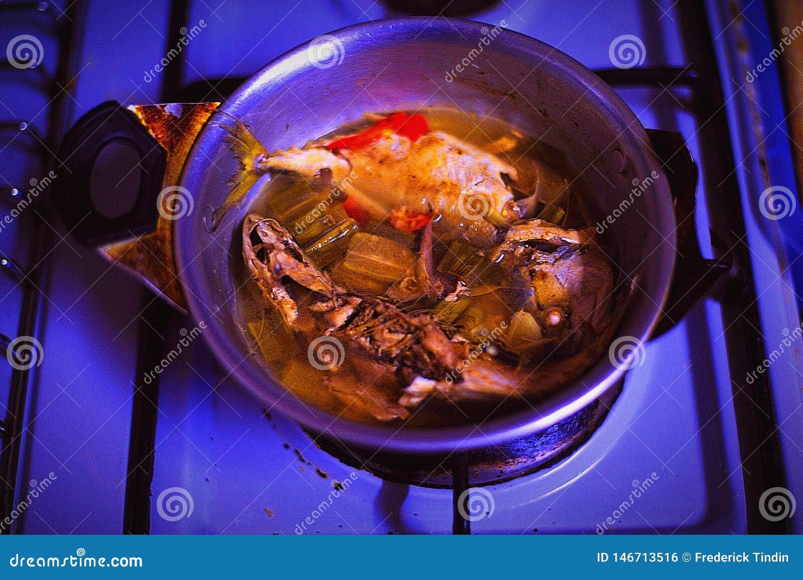 Cocinar los pescados del vapor para la cena