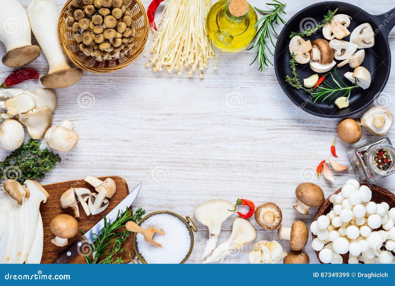 Cocinar Setas Frescas De Los Hongos En Marco