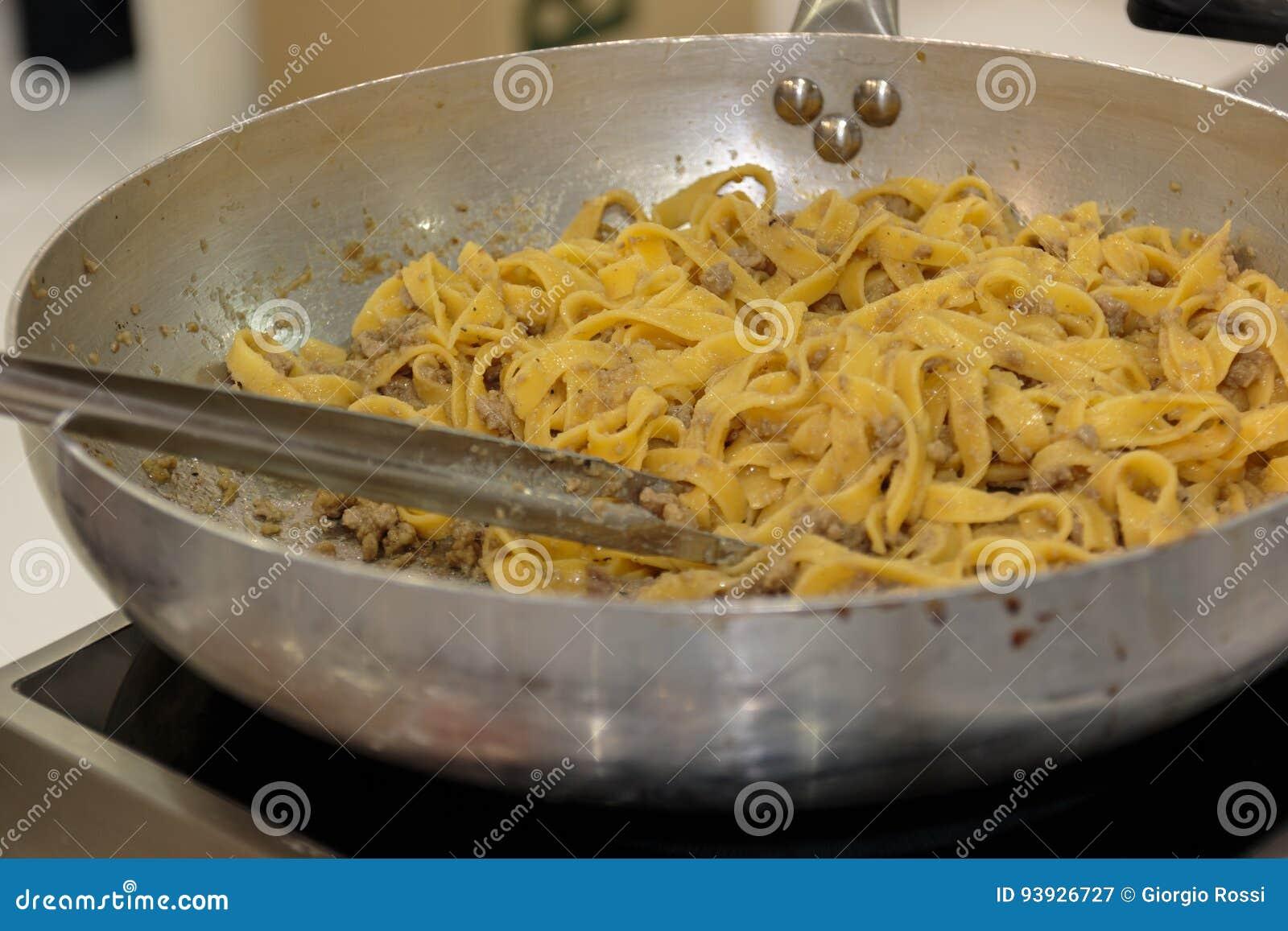 Cocinar Tallarines | Cocinar Tallarines Italianos De Las Pastas Dentro De La Cacerola