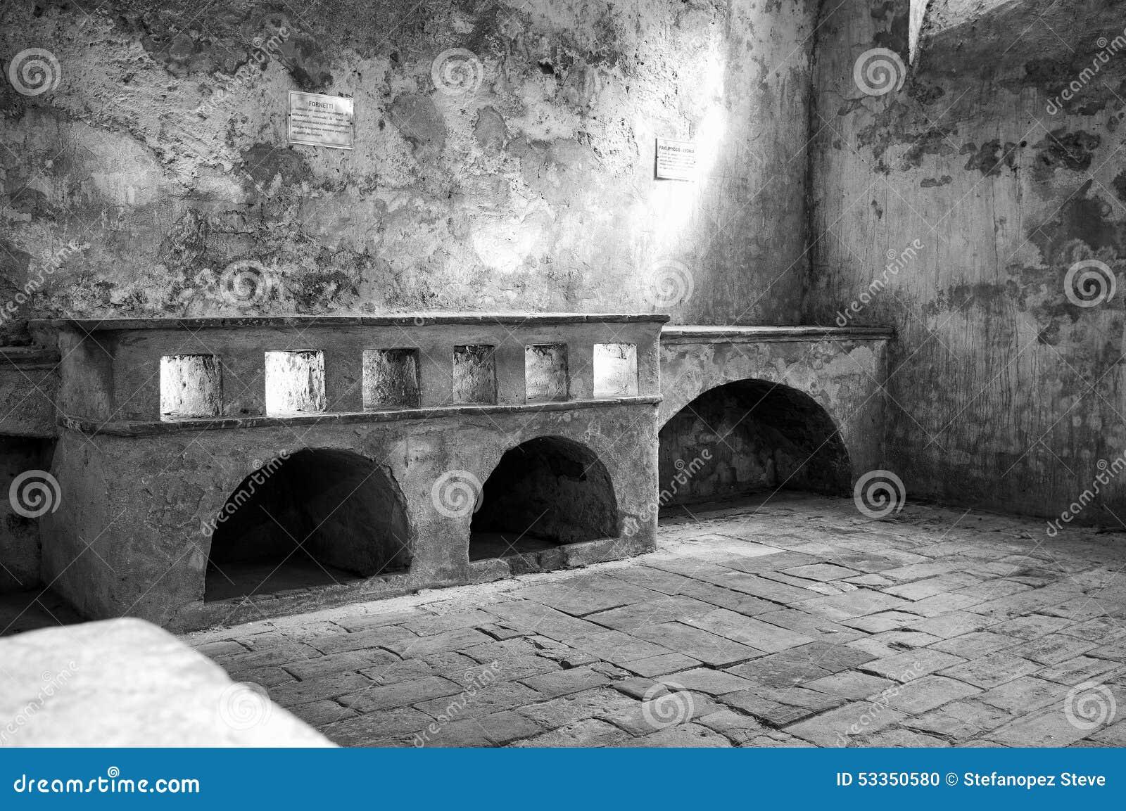 Cocinas antiguas del monasterio foto blanco y negro de Cocinas antiguas