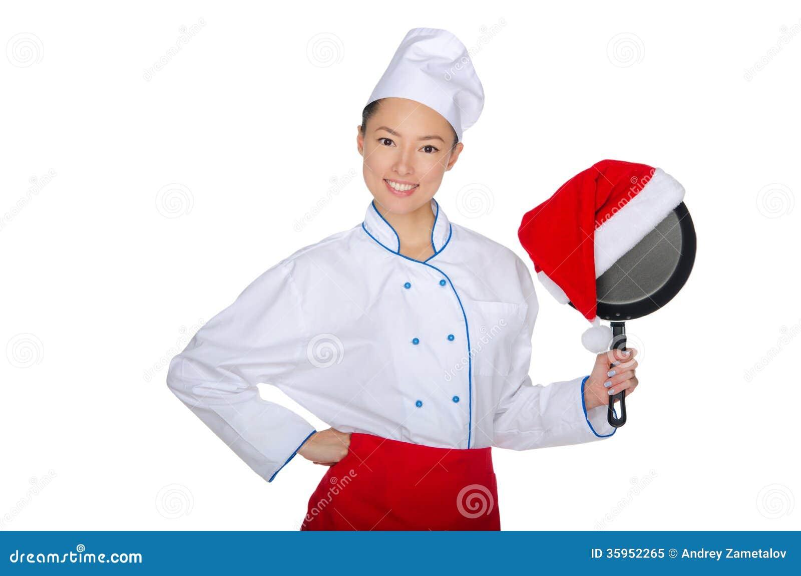 Cocinero asiático y un sartén en el sombrero de Papá Noel