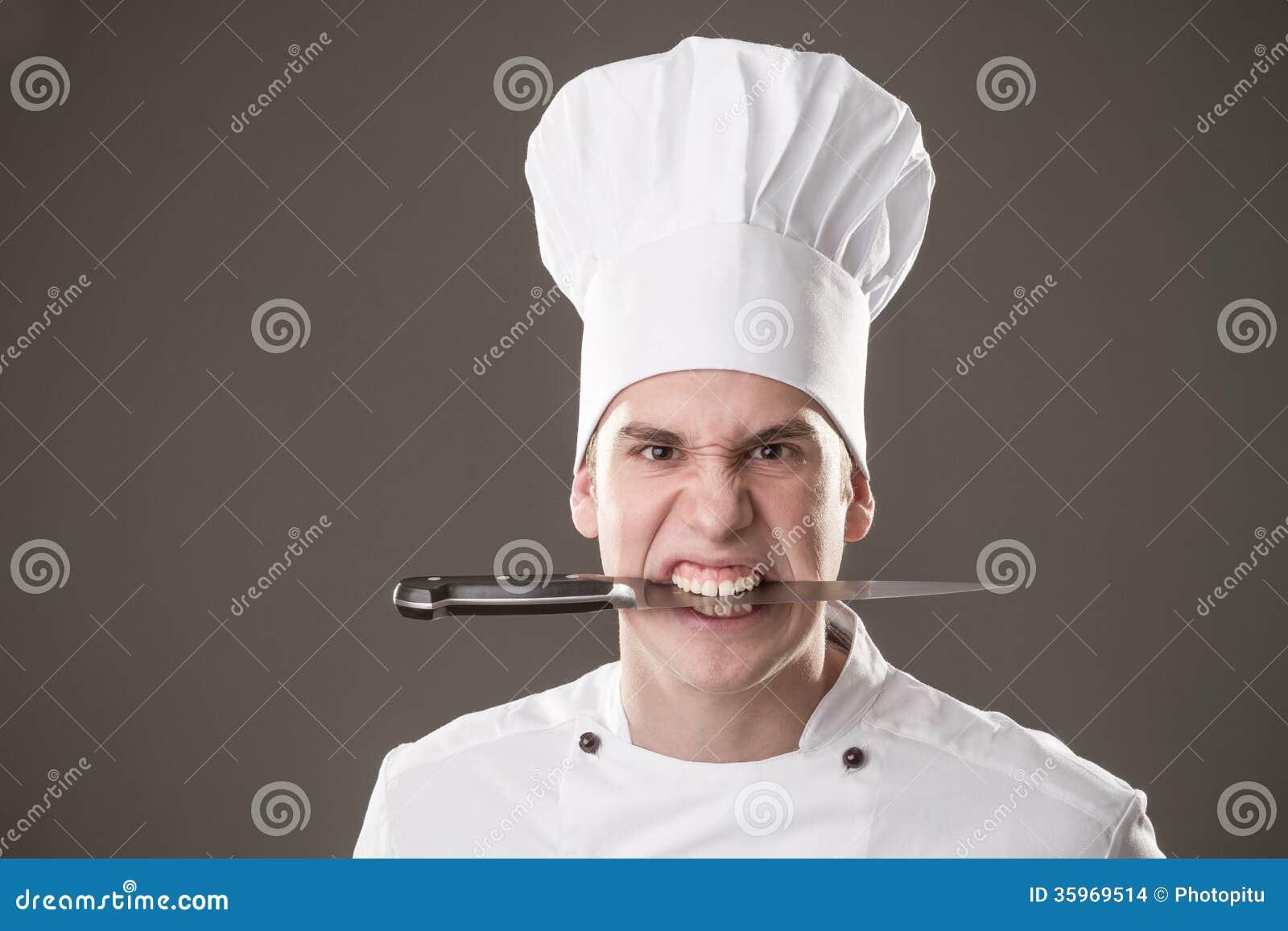 Cocinero con el cuchillo en boca