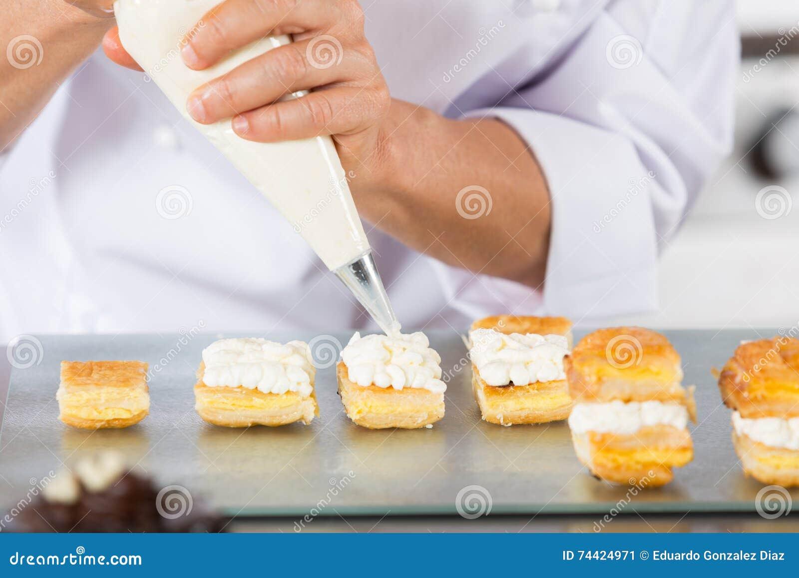 Cocinero con un bolso de los pasteles