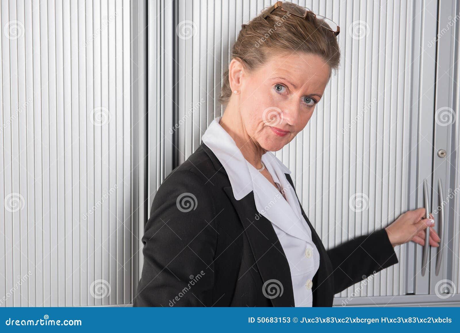 Cocinero de sexo femenino en la oficina en el armario foto for Xxx porno en la oficina